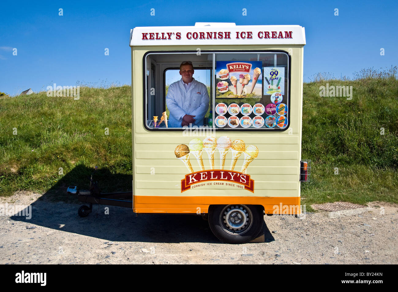 Kelly 39 s ice cream seller in mobile kiosk on beach in for Mobili kios