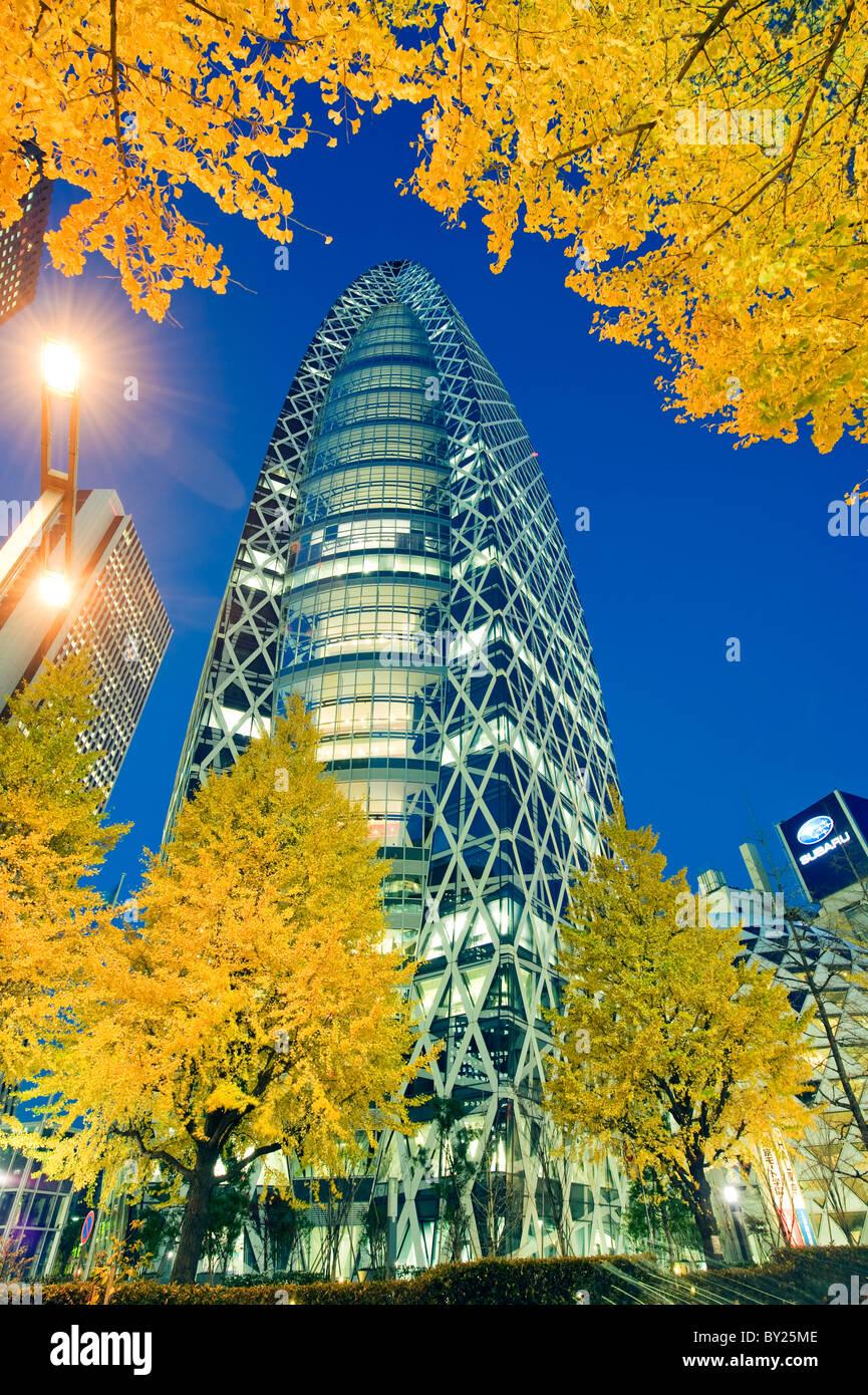 Asia, Japan, Tokyo, Shinjuku, Tokyo Mode Gakuen Cocoon Tower, Design School building, yellow ginkgo leaves - Stock Image