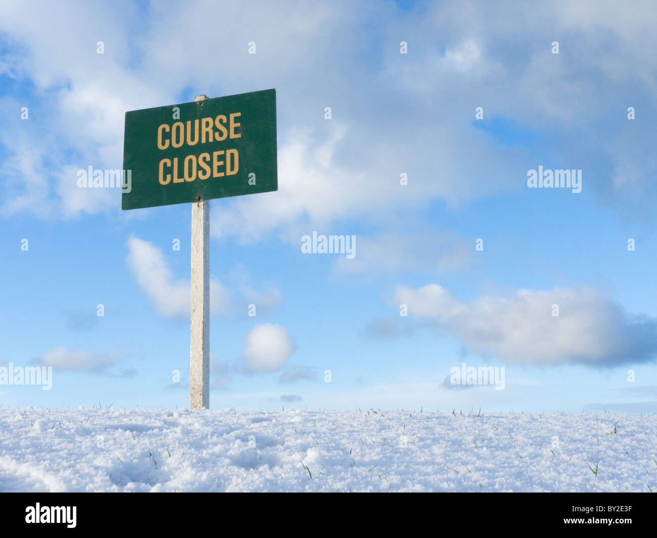 Sign indicating that the golf course is closed due to heavy snow fall, in North Berwick, Scotland. - Stock Image