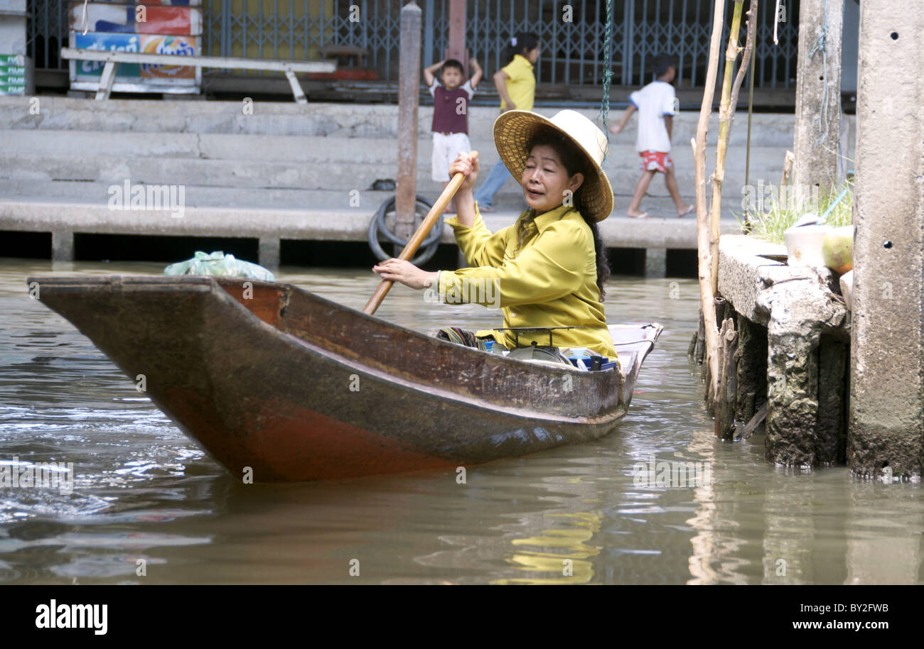 WOMAN PADDLES WATERWAYS DAMNOEN SADUAK BANGKOK BANGKOK THAILAND DAMNOEN SADUAK BANGKOK 23 March 2010 - Stock Image