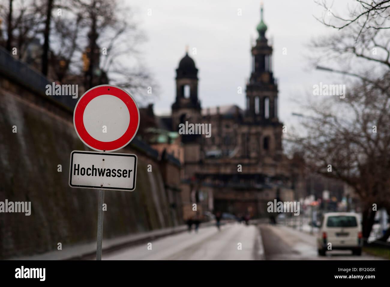 Wegen Hochwasser gesperrtes Terrassenufer in Dresden mit Brühlscher Terrasse im Hintergrund. - Stock Image