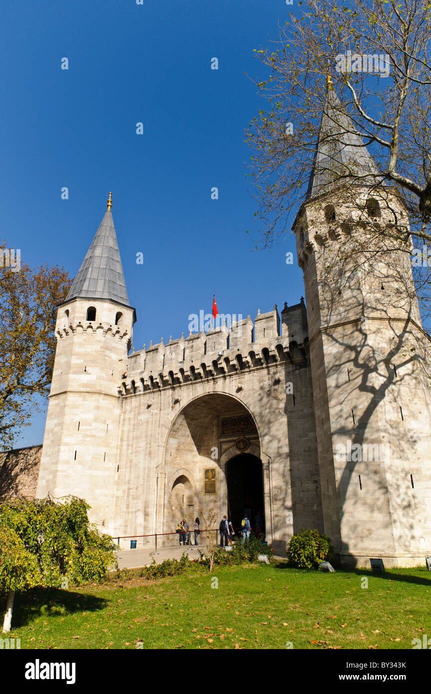The fortified main gate of the Topkapi Palace, known as the Gate of Salutation (in Turkish: (Bâb-üs Selâm). - Stock Image