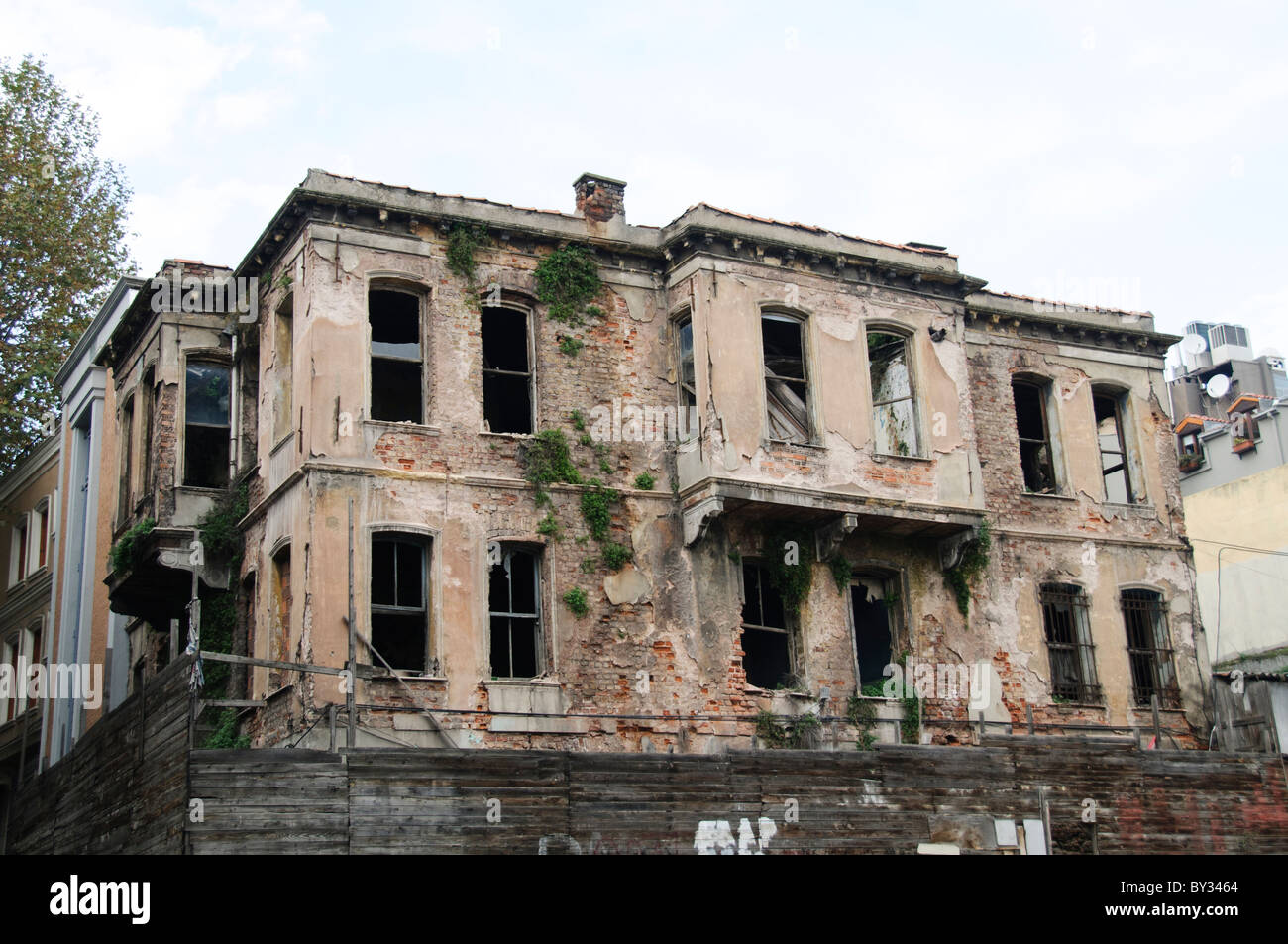 An old abandoned home in Istanbul's Sultahment distrct. - Stock Image