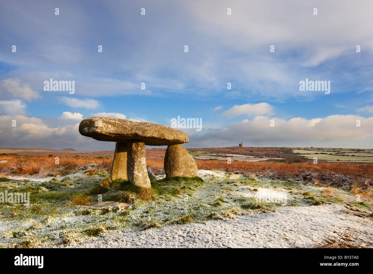 A light dusting of snow on Penwith Moor at the ancient standing stones - Lanyon Quoit - Stock Image