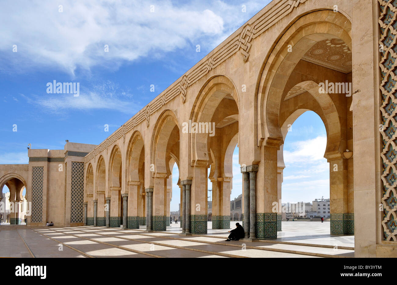 Casablanca Innenstadt, Moschee in der Innenstadt, Hassan II.-Moschee, Casablanca city center, mosque in the city, - Stock Image