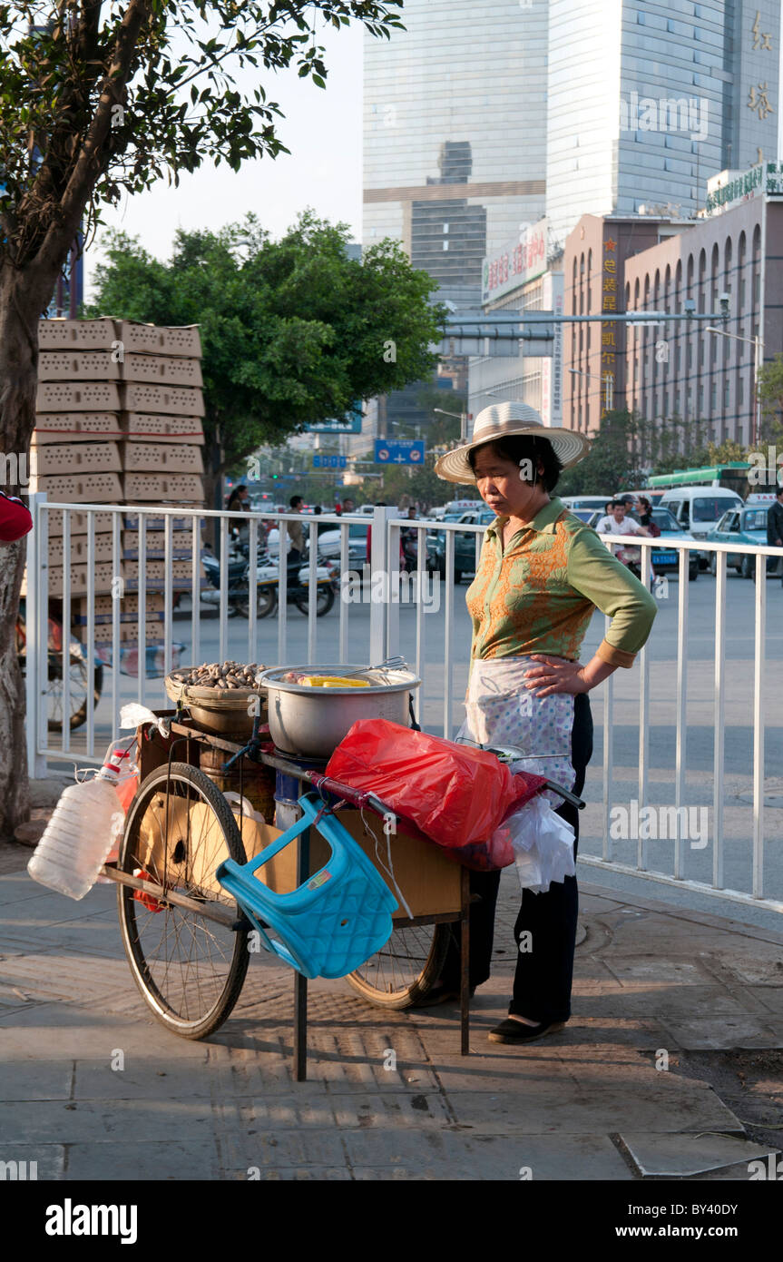 CHINA. WOMAN MIGRANT WORKER SELLING FRUIT AND FOOD IN GUANGZHOU IN GUANDONG PROVINCE Stock Photo