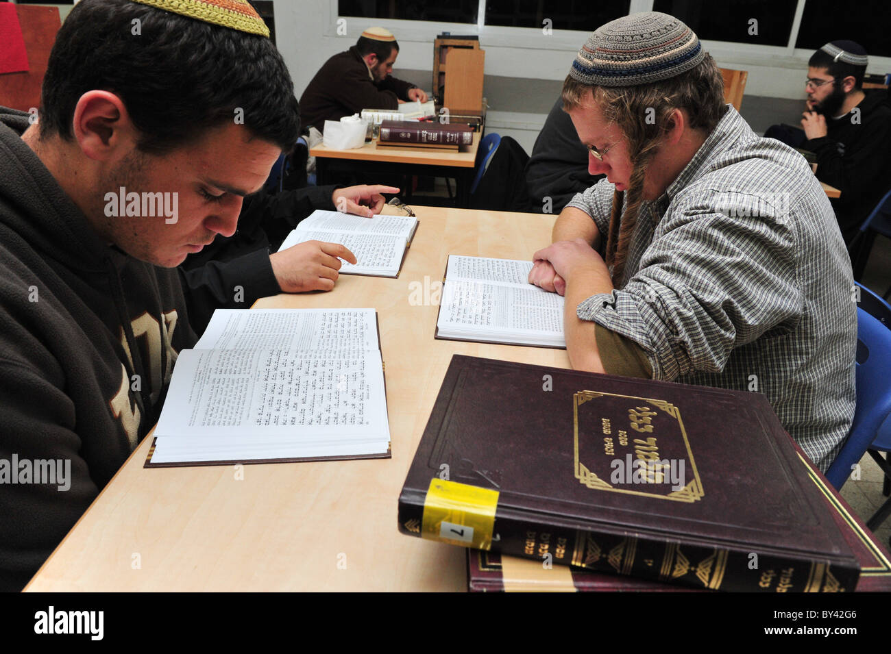 Israeli Jewish man students learning Torah - Stock Image