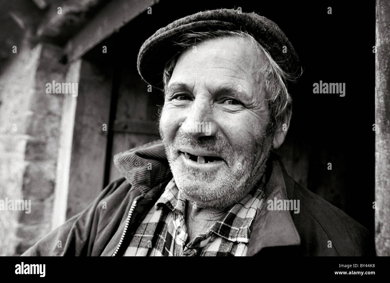 old farmer in flat cap smoking pipe Crymych sheep market Pembrokeshire  wales UK. A77BXP (RM). A Farmer in Mid Wales. - Stock Image 35dd397ac3ec