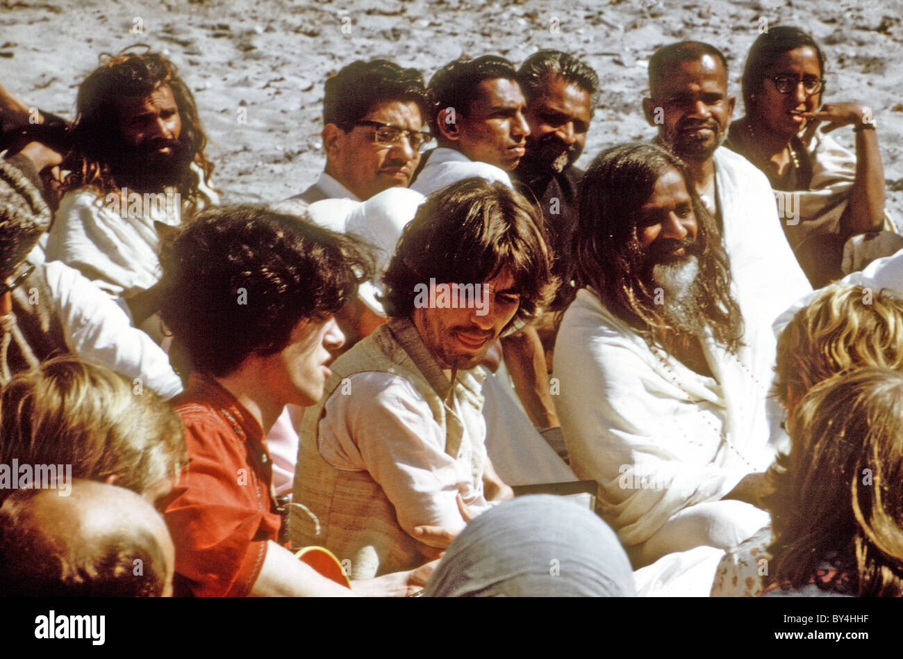 DONOVAN (in orange) and George Harrison with the Maharishi at right in India in 1968 - Stock Image