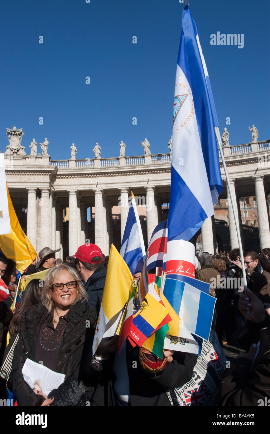 """people crowd for """"Migrant day"""" migrant celebration in Vatican St Peter's square flags people community Stock Photo"""