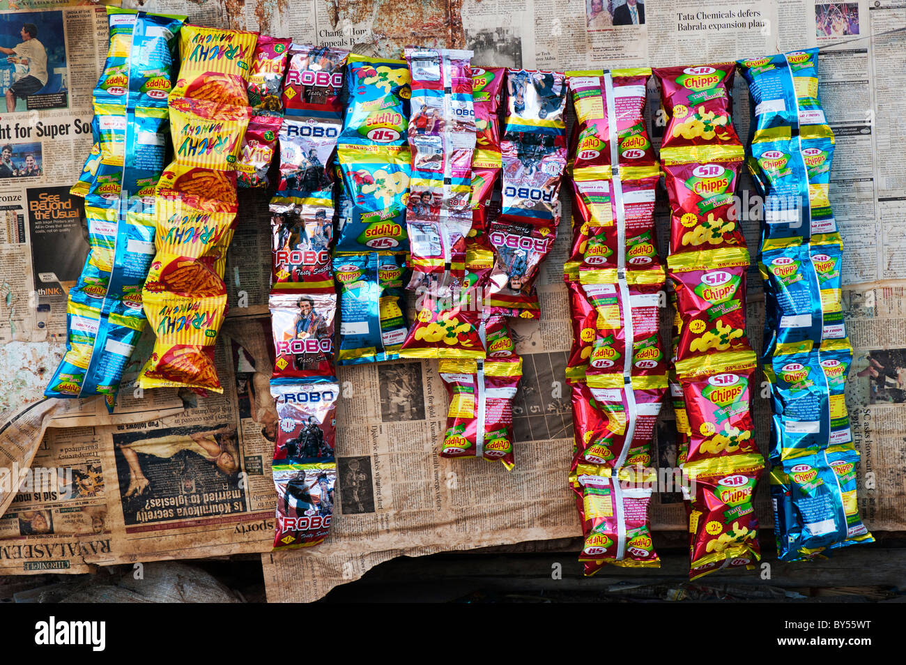 Dirty indian shop / shack selling packets of crisps on the road side. Andhra Pradesh, India - Stock Image