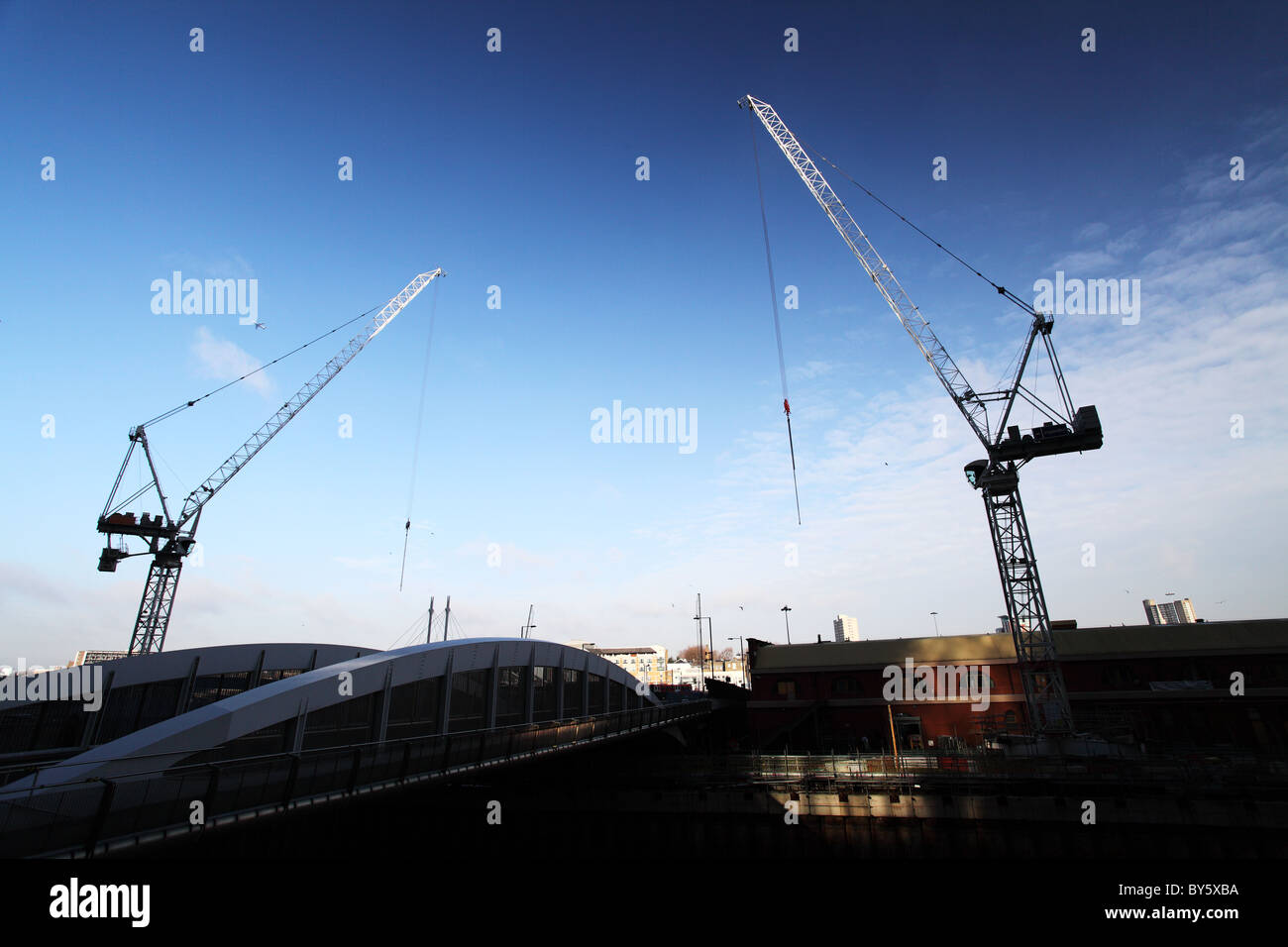 Cranes at work in the docklands. Canary Wharf, London - Stock Image
