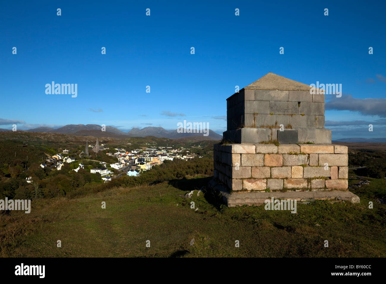 Memorial to Clifden's Founder, John D'Arcy, Clifden Town with the Distant 12 Pins Mountains, Connemara, County - Stock Image