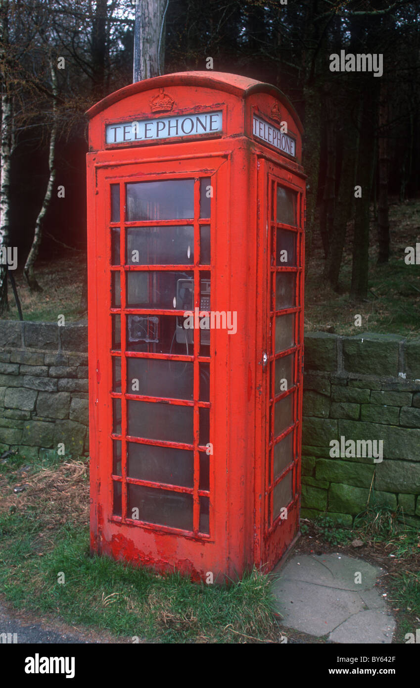 Old telephone box, Crowden, Derbyshire, designed by Sir Giles Gilbert Scott in 1935 - Stock Image