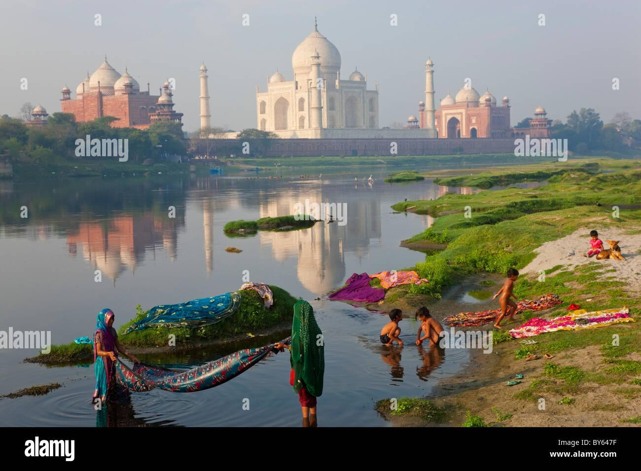 Washing & Taj Mahal on the banks of the River Yamuna, Agra, India - Stock Image