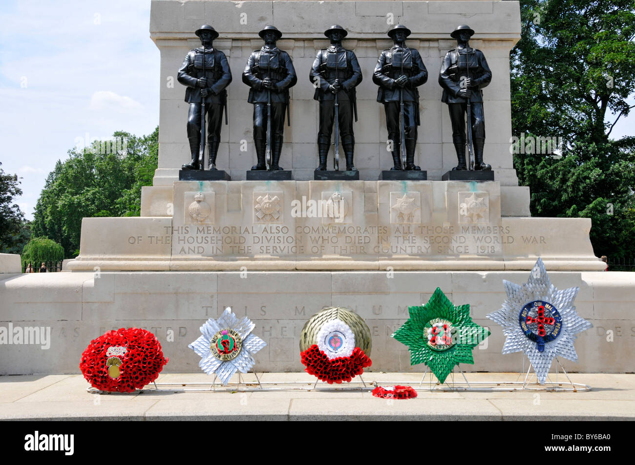 Wreaths at Portland stone obelisk & close up of five bronze sculptures on Guards War Memorial beside Horse Guards - Stock Image