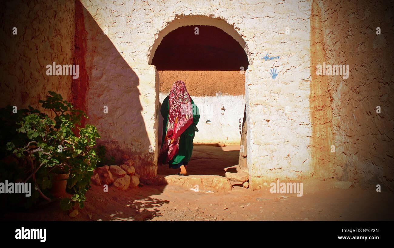 Troglodyte woman entering pit-dwelling near Matmata, Tunisia - Stock Image