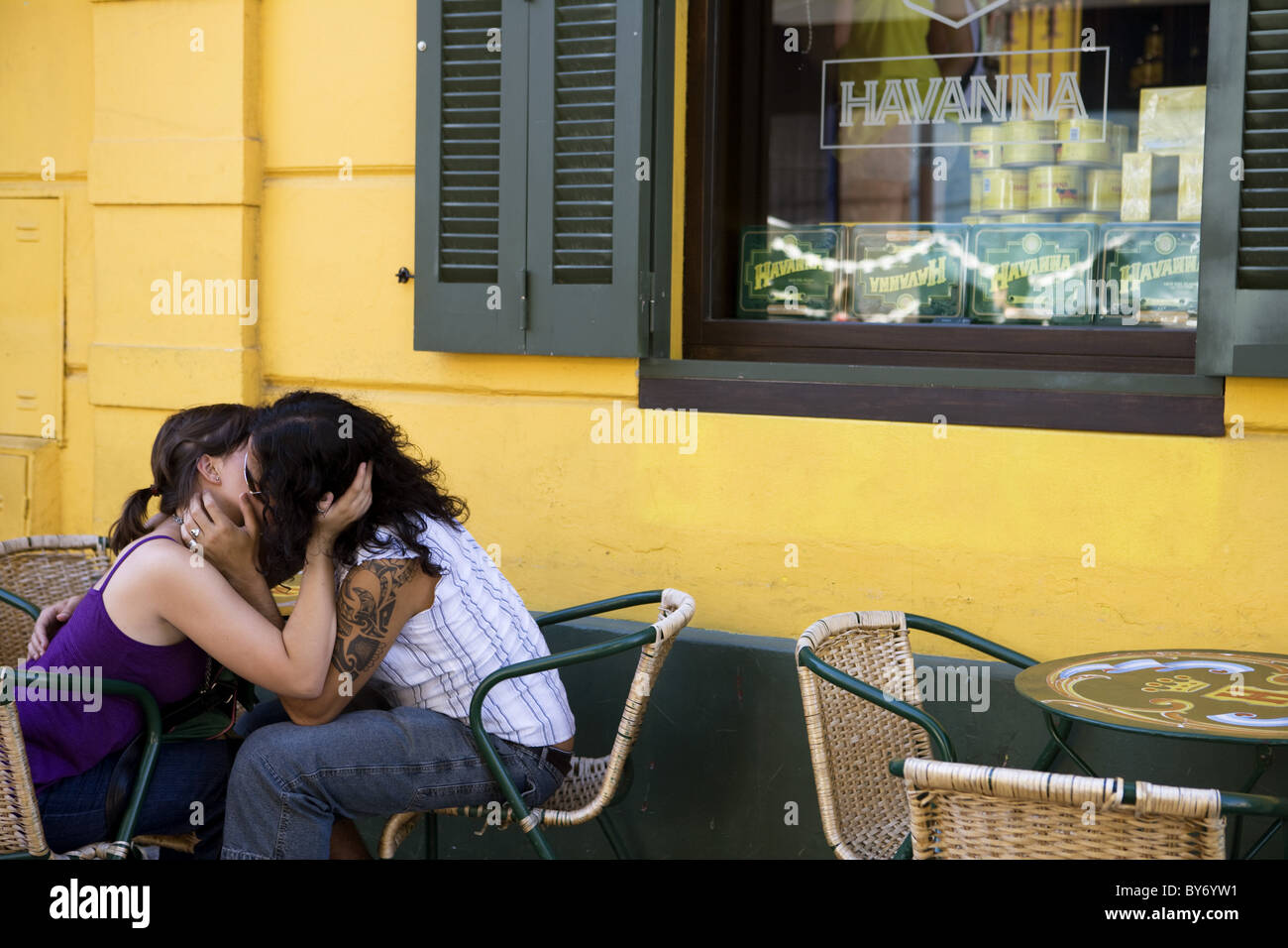 Smooching couple outside Havanna Bar in La Boca district, Buenos Aires, Argentina, South America, America - Stock Image
