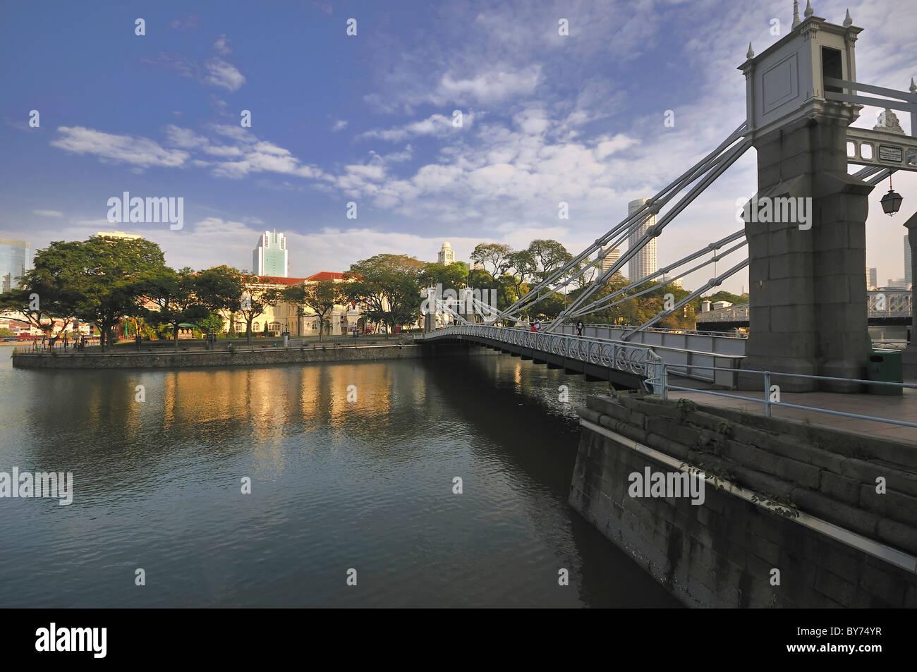 Cavenagh Bridge spanning the Singapore River. - Stock Image