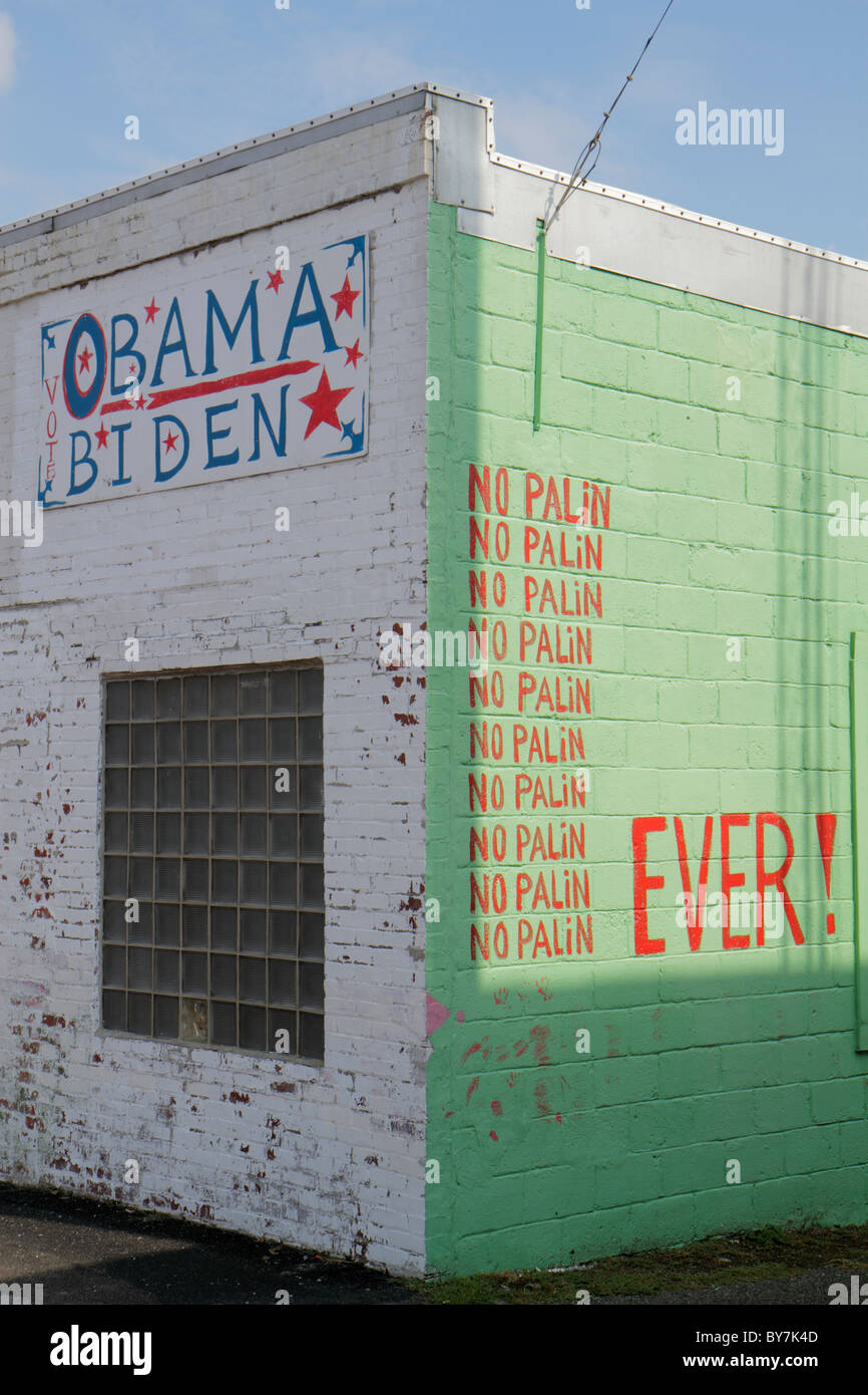 Tennessee Watertown decrepit building politics 2008 Presidential Campaign election Obama Biden no Palin painted - Stock Image