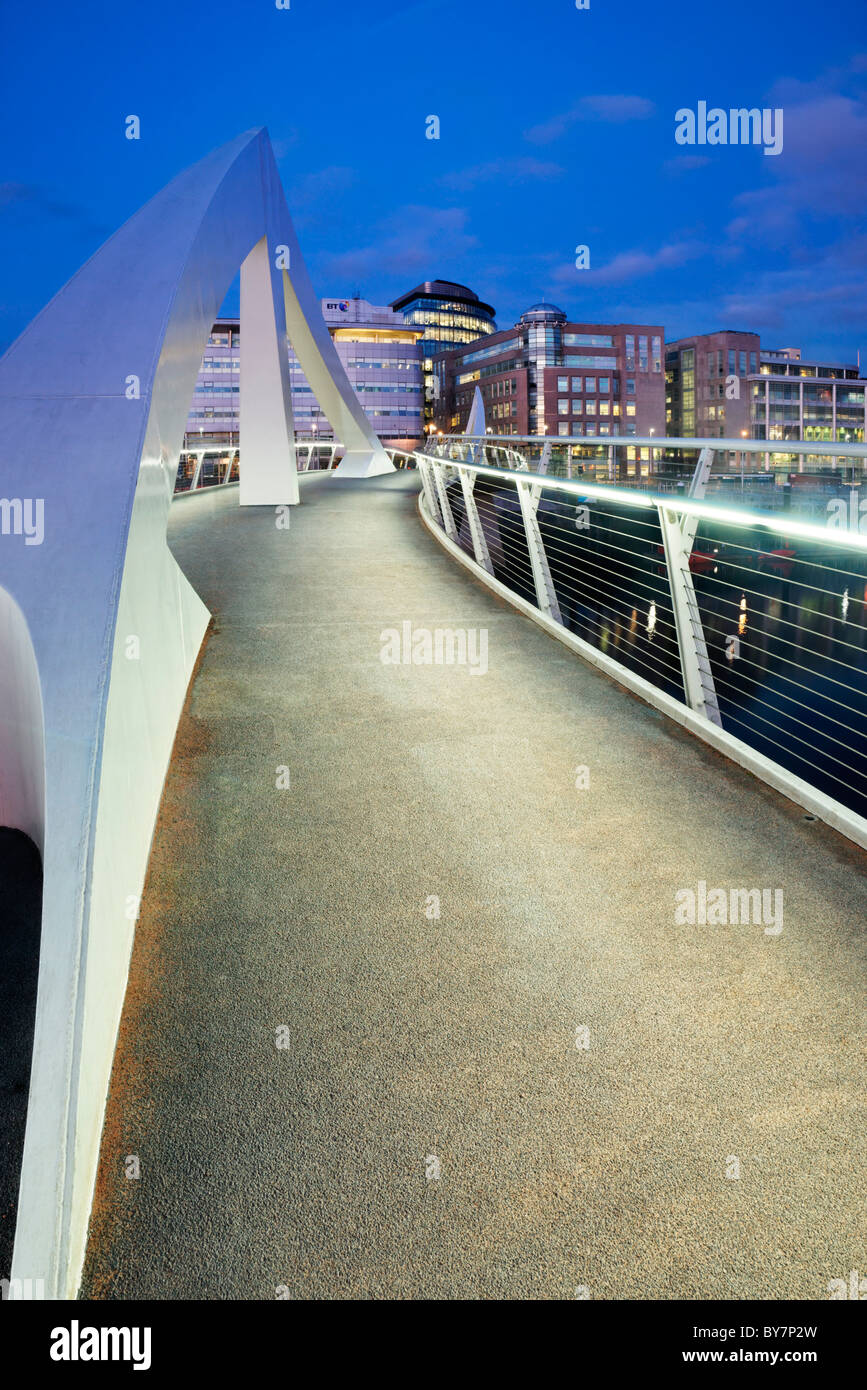 The Tradeston Bridge, dubbed the 'Squiggly Bridge' by Glaswegians, and the Broomielaw, Glasgow, Scotland, - Stock Image