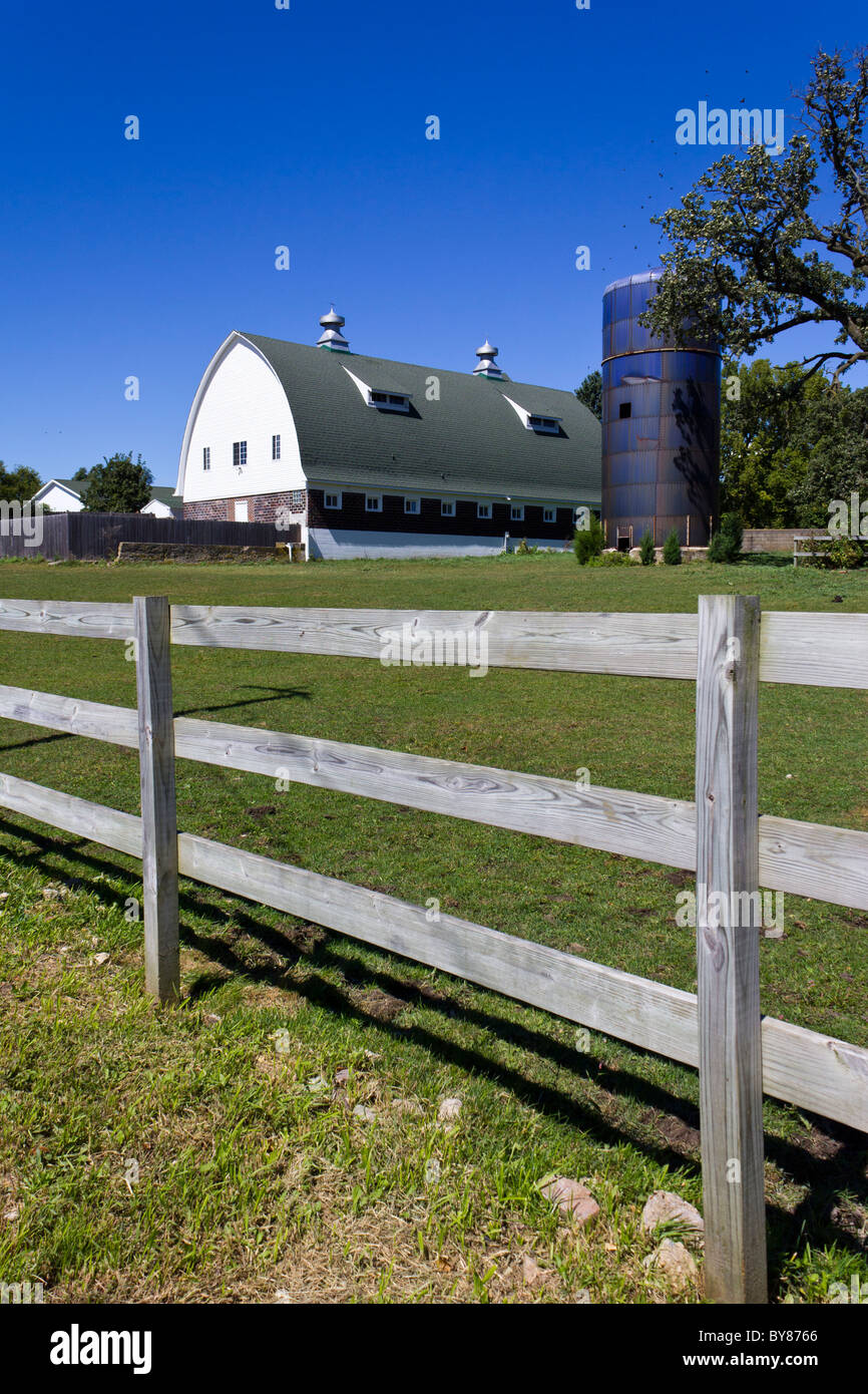 traditional wooden fence, barn and silo of farm, Plano, Kendall county, Illinois, USA - Stock Image