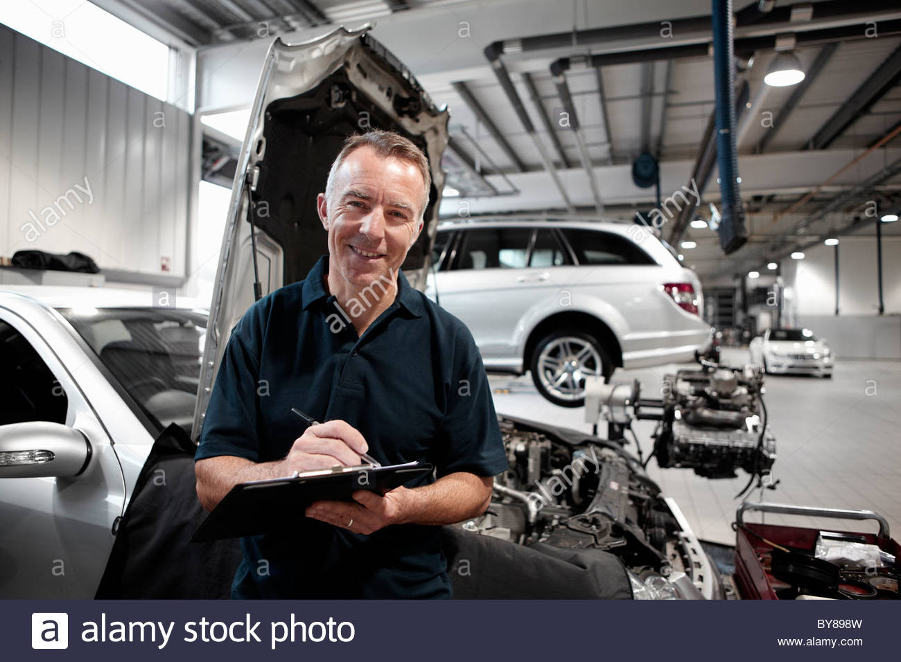Mechanic working in auto repair shop - Stock Image
