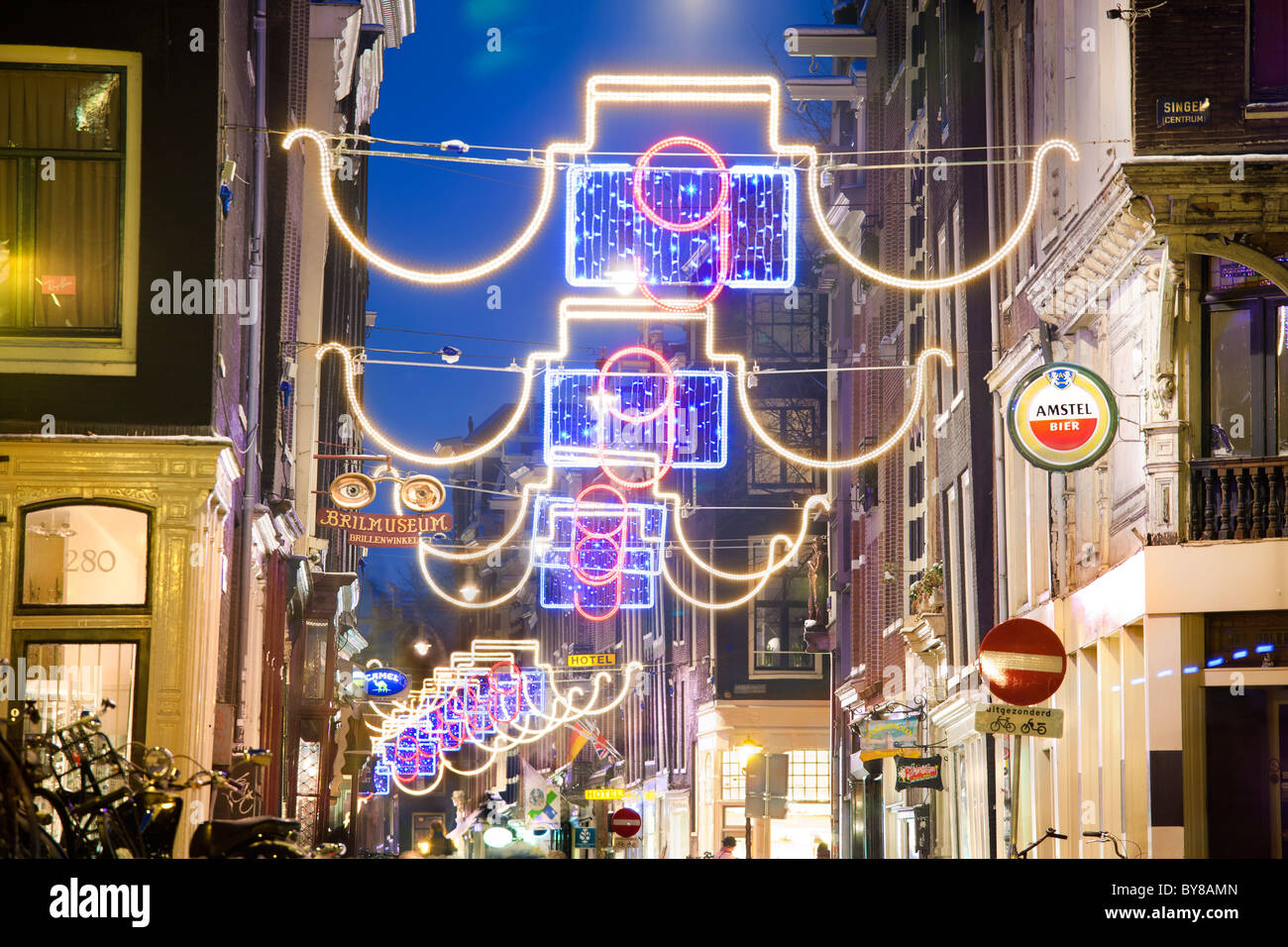 Amsterdam, De Negen Straatjes. Festive lights at dusk during the Holiday Season in the Nine Little Streets shopping - Stock Image