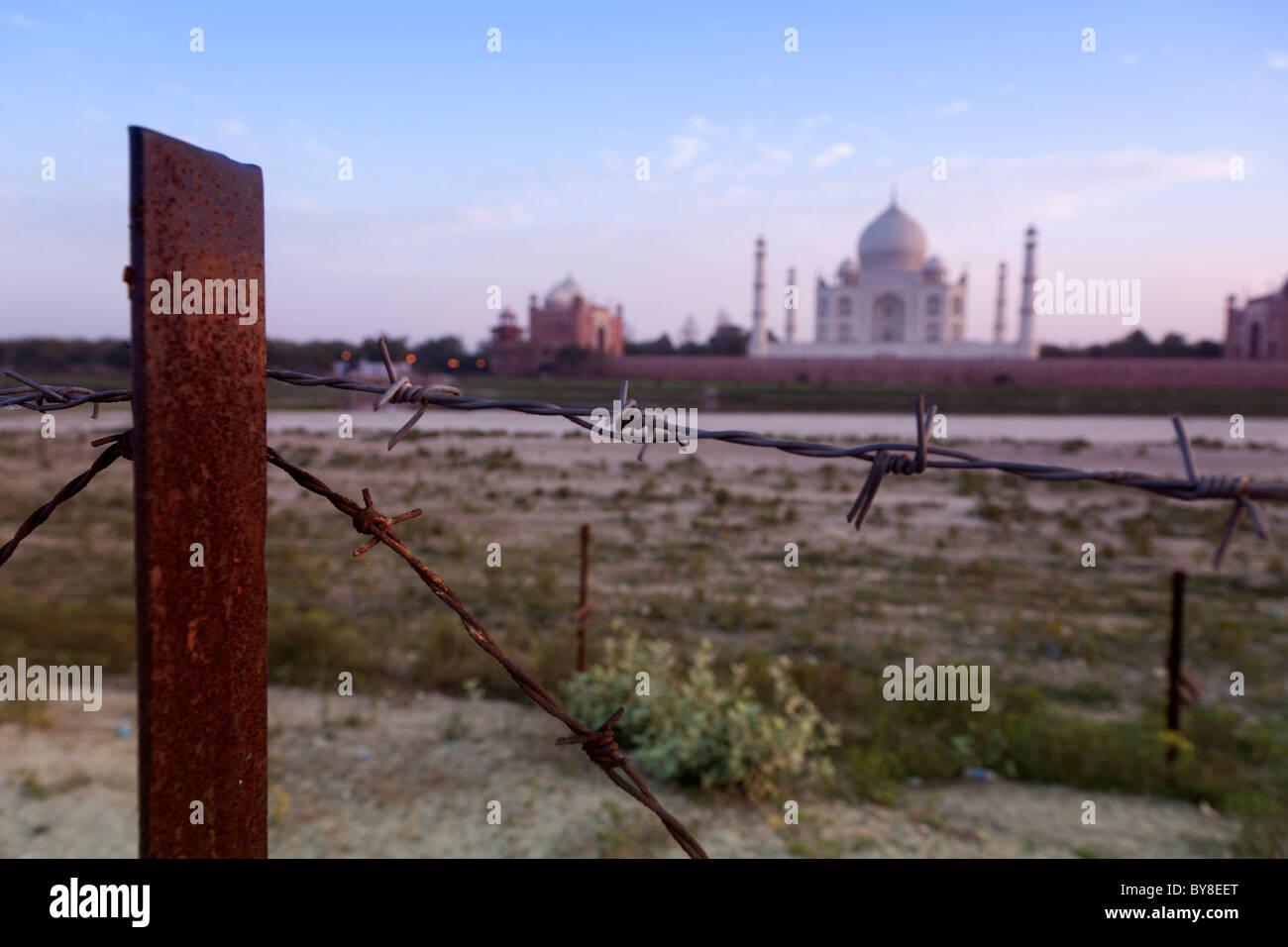 India, Uttar Pradesh, Agra, barbed wire fencing on security fence near Taj Mahal - Stock Image