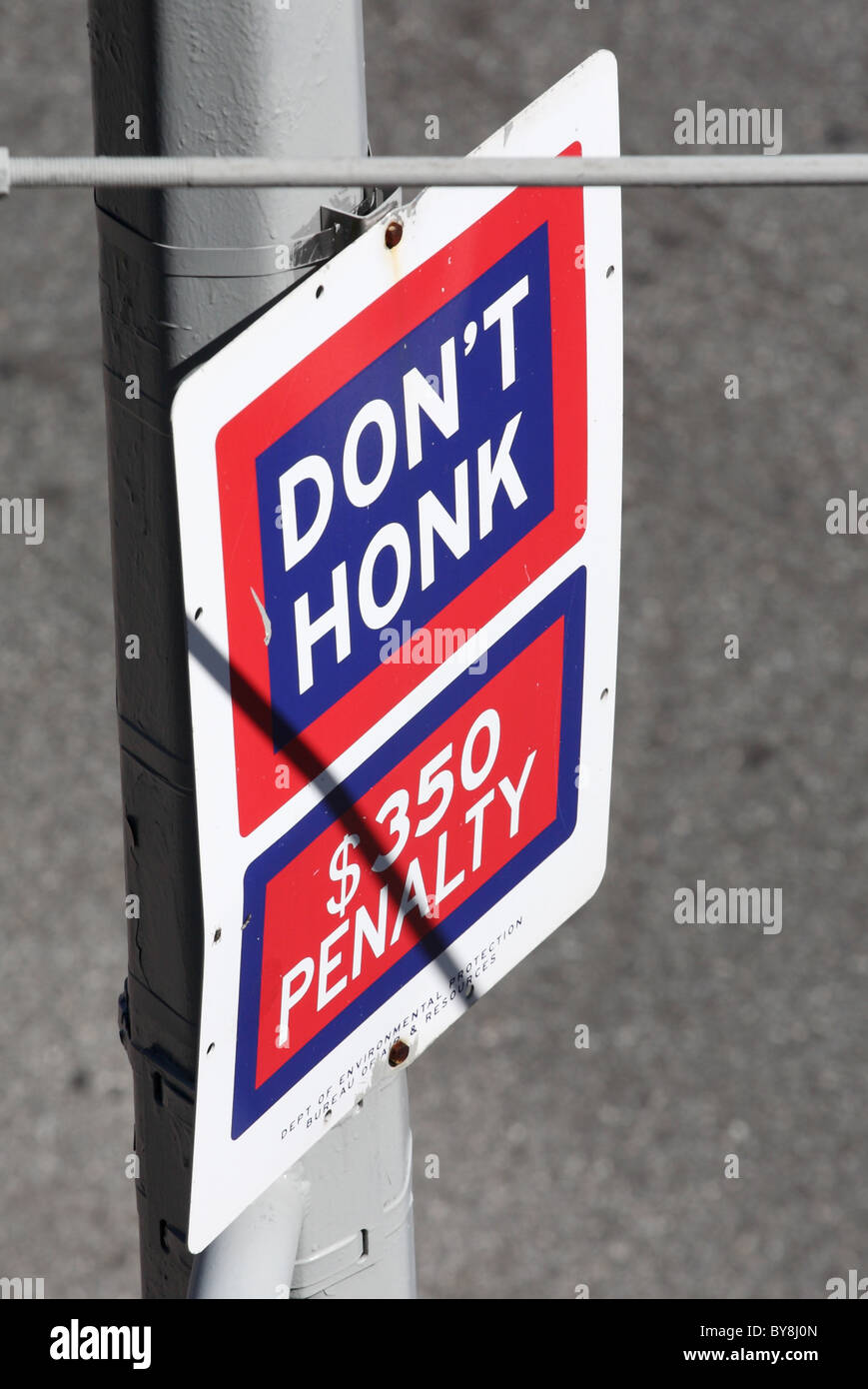 Don't Honk sign seen from the High Line public park, Manhattan, New York, USA. - Stock Image