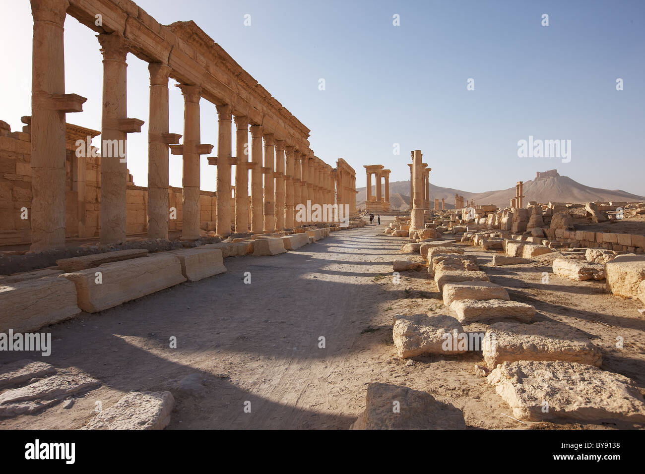 The Grand Colonnaded Street, Palmyra with the Qal'at Ibn Ma'an fortress in backround, Syria. - Stock Image