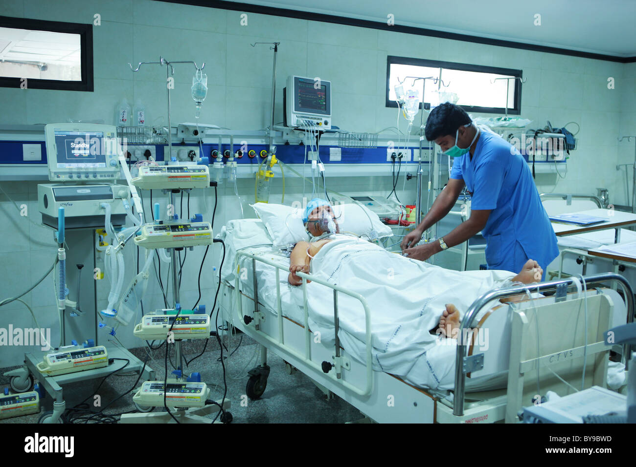 Male nurse with a patient in the intensive care unit - Stock Image