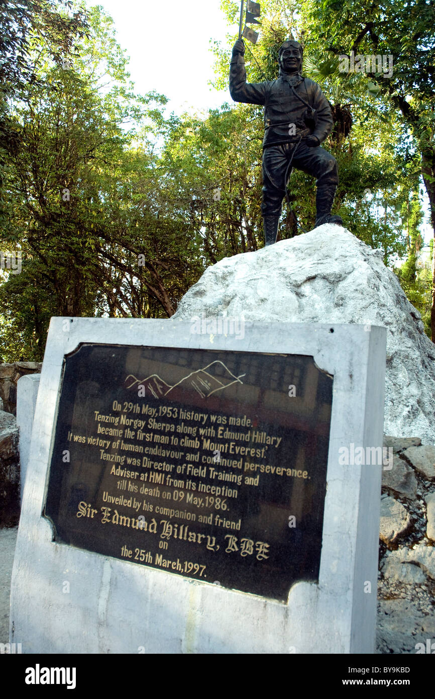 A statue and plaque honors Tensing Sherpa, Everest hero, at Darjeeling's Himalayan Mountaineering Institute - Stock Image