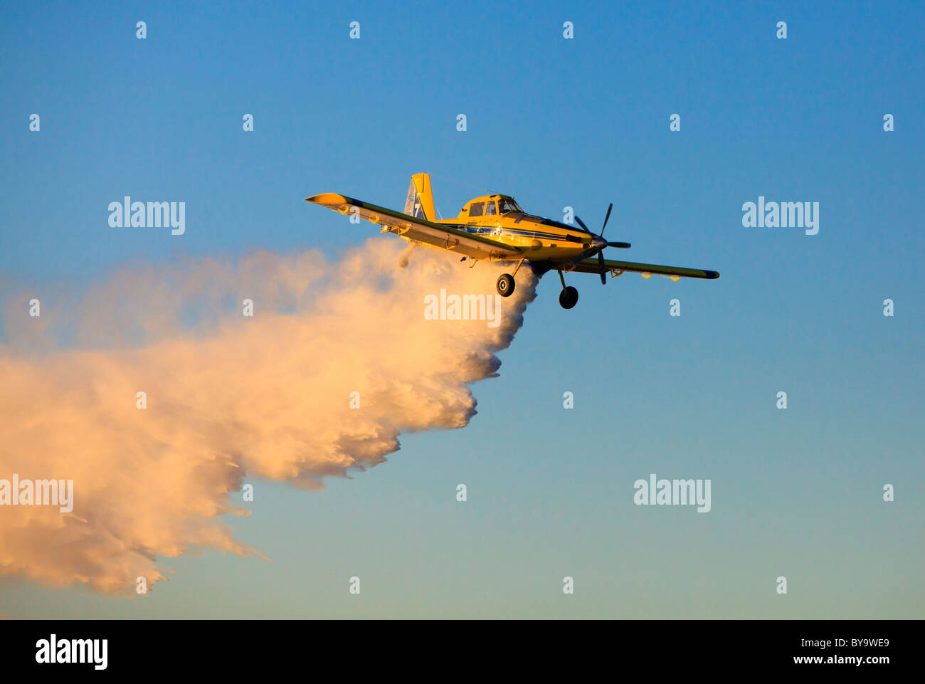 Air Tractor AT-802 firefighting water bomber plane dropping water. - Stock Image