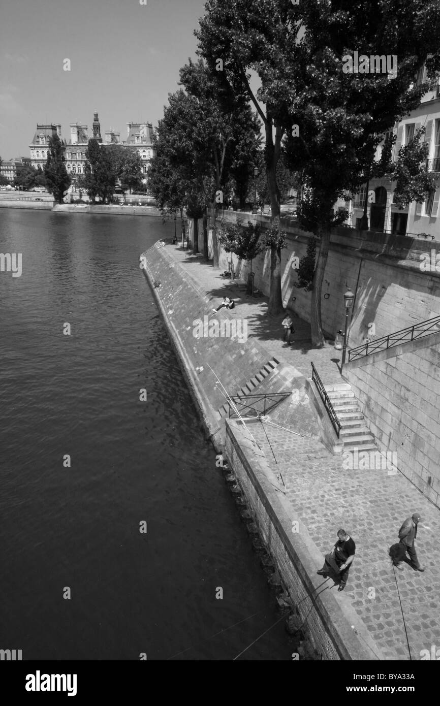 A traditional Parisian scene - a view of Quai d'Orleans, l'Ile St-Louis (an island on the River Seine) from - Stock Image