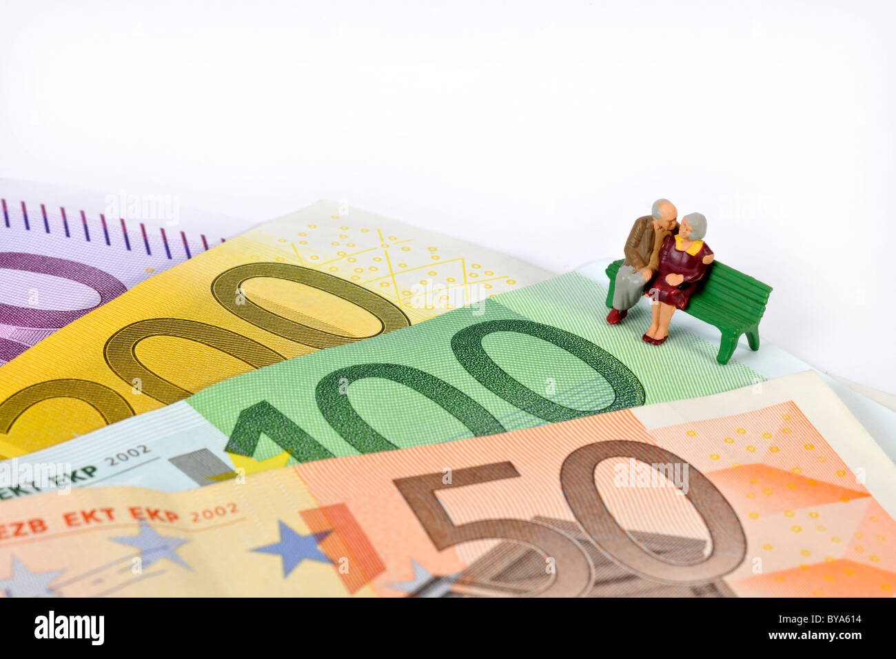 Figurines, pensioners sitting on a bench on euro banknotes, symbolic image for pension plan, pension - Stock Image