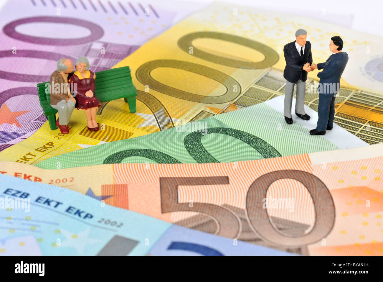 Figurines, pensioners sitting on a bench on euro banknotes, businessmen, politicians, symbolic image for pension - Stock Image