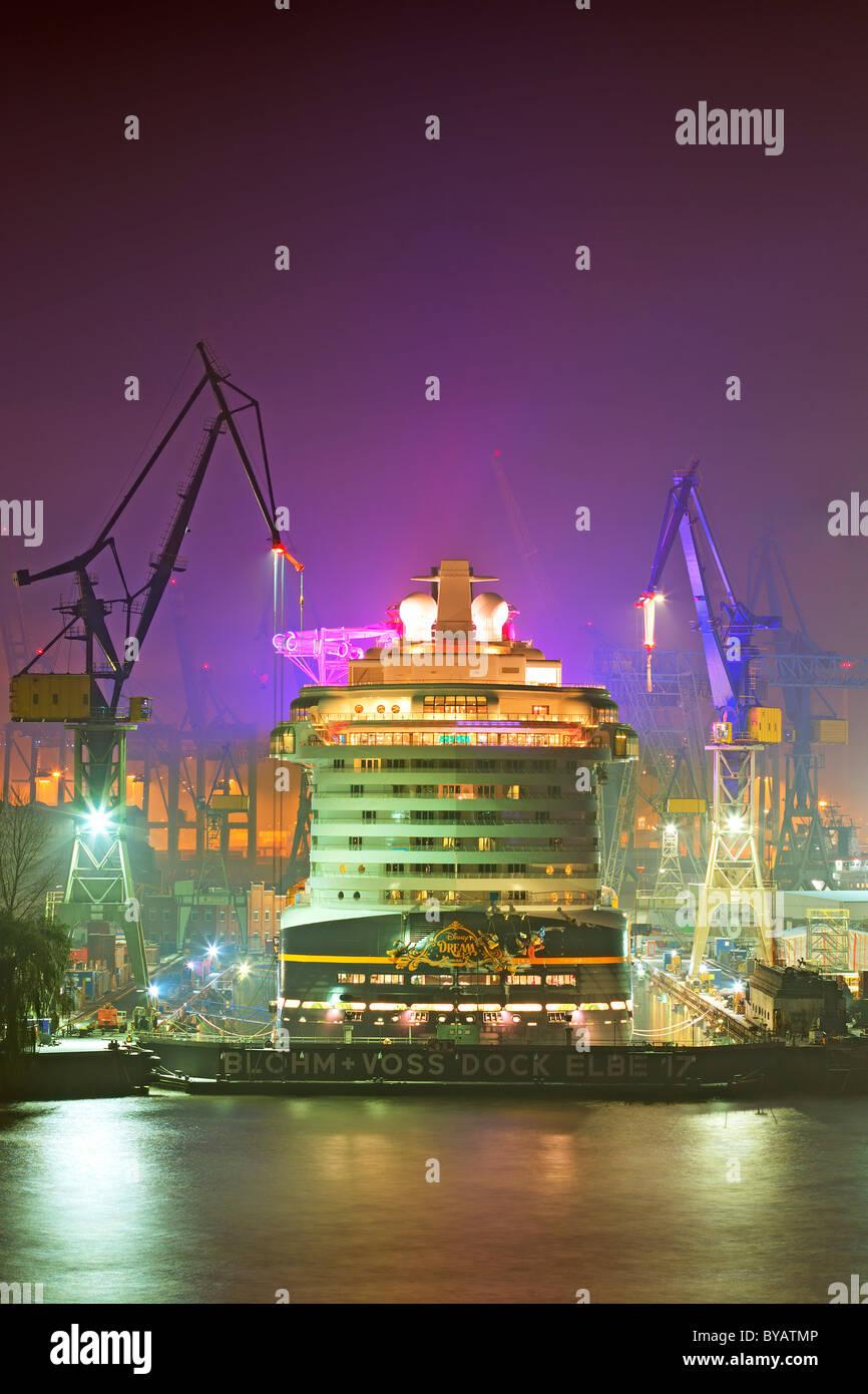 Ship, cruiser, big cruise liner 'Disney Dream' in dock 17 in Hamburg harbour at river Elbe at night, Blohm - Stock Image