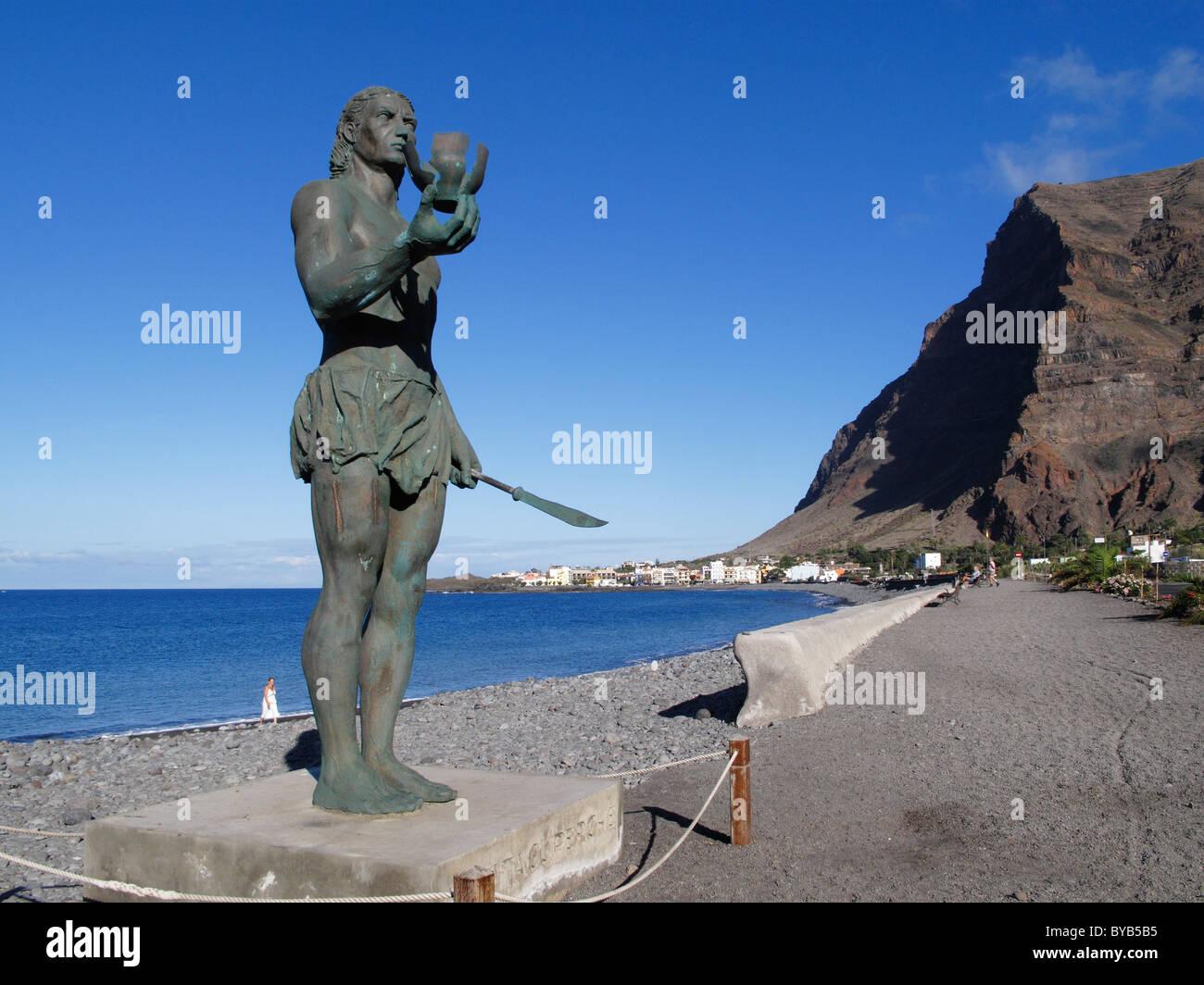 Memorial to Guanche warrior Hautacuperche, bronze statue, behind the village of La Playa, Valle Gran Rey, La Gomera, - Stock Image