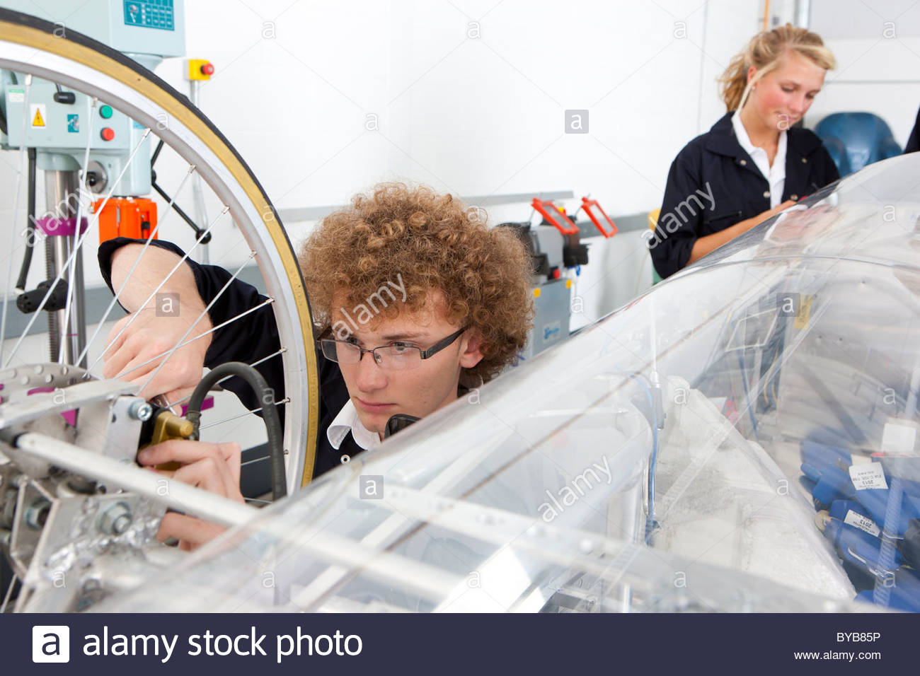 Students constructing electric vehicle prototype in vocational school - Stock Image