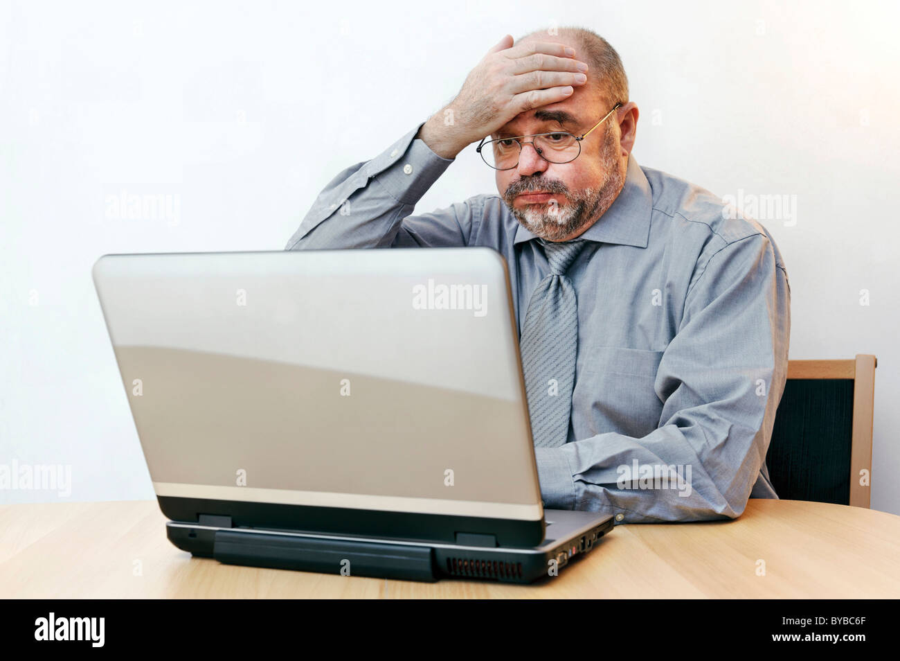 Stressed clerk on the laptop - Stock Image