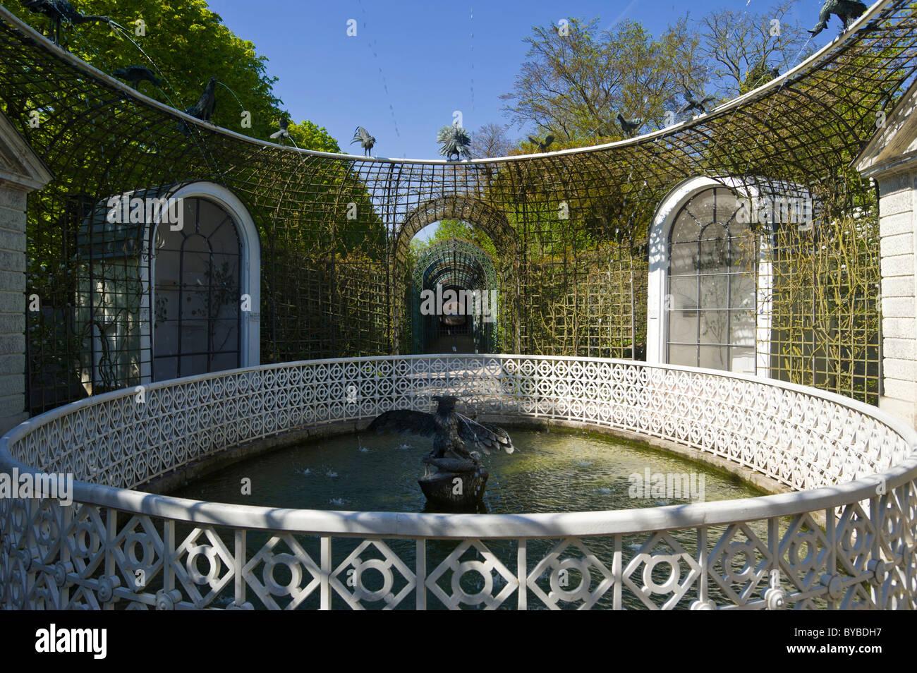 Schwetzingen Castle, castle garden, Badhausgarten garden, Brunnen der Wasserspeienden Voegel fountain, fountain - Stock Image