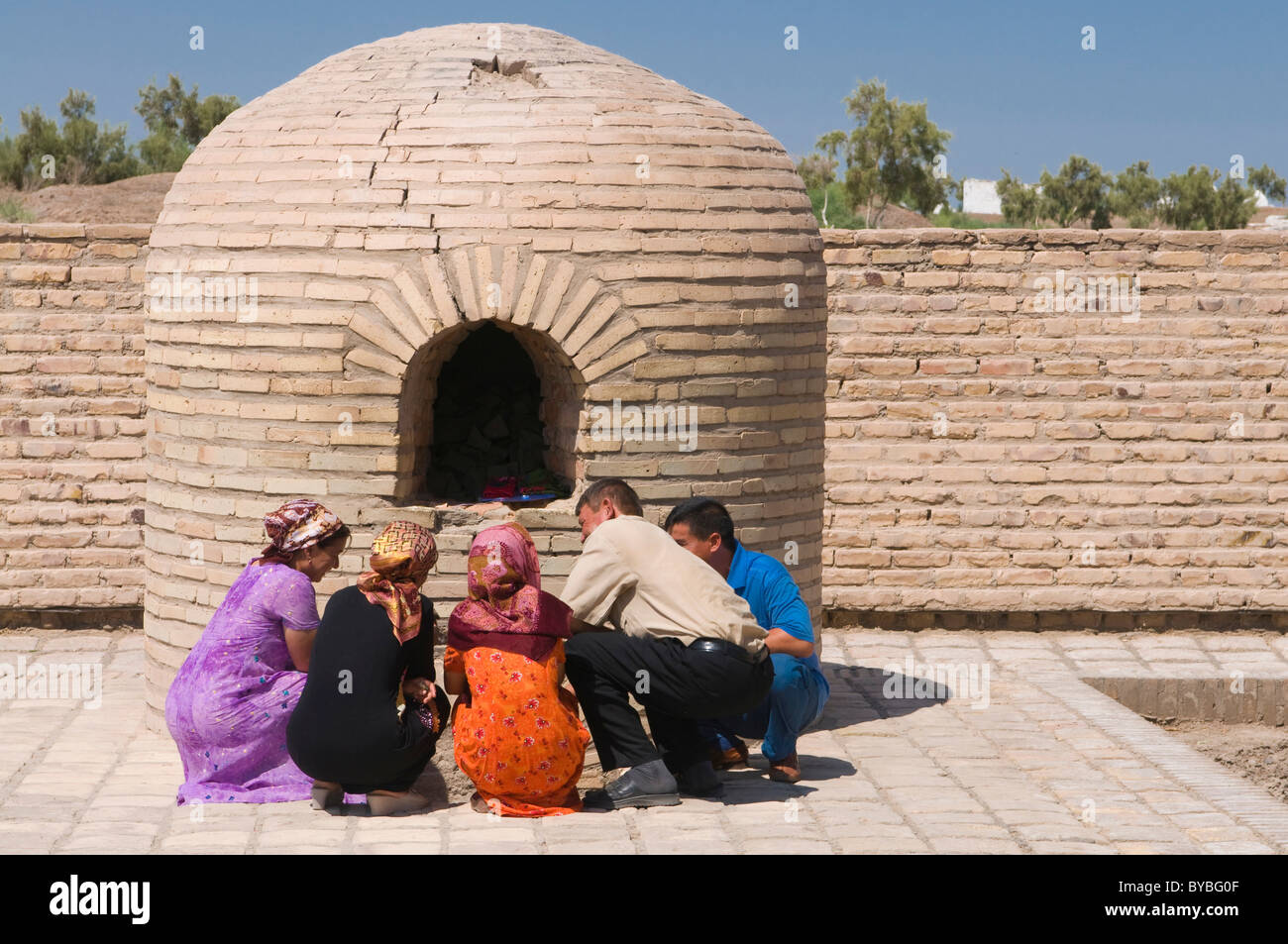 Praying muslims, Konye-Urgench, Turkmenistan, Central Asia - Stock Image