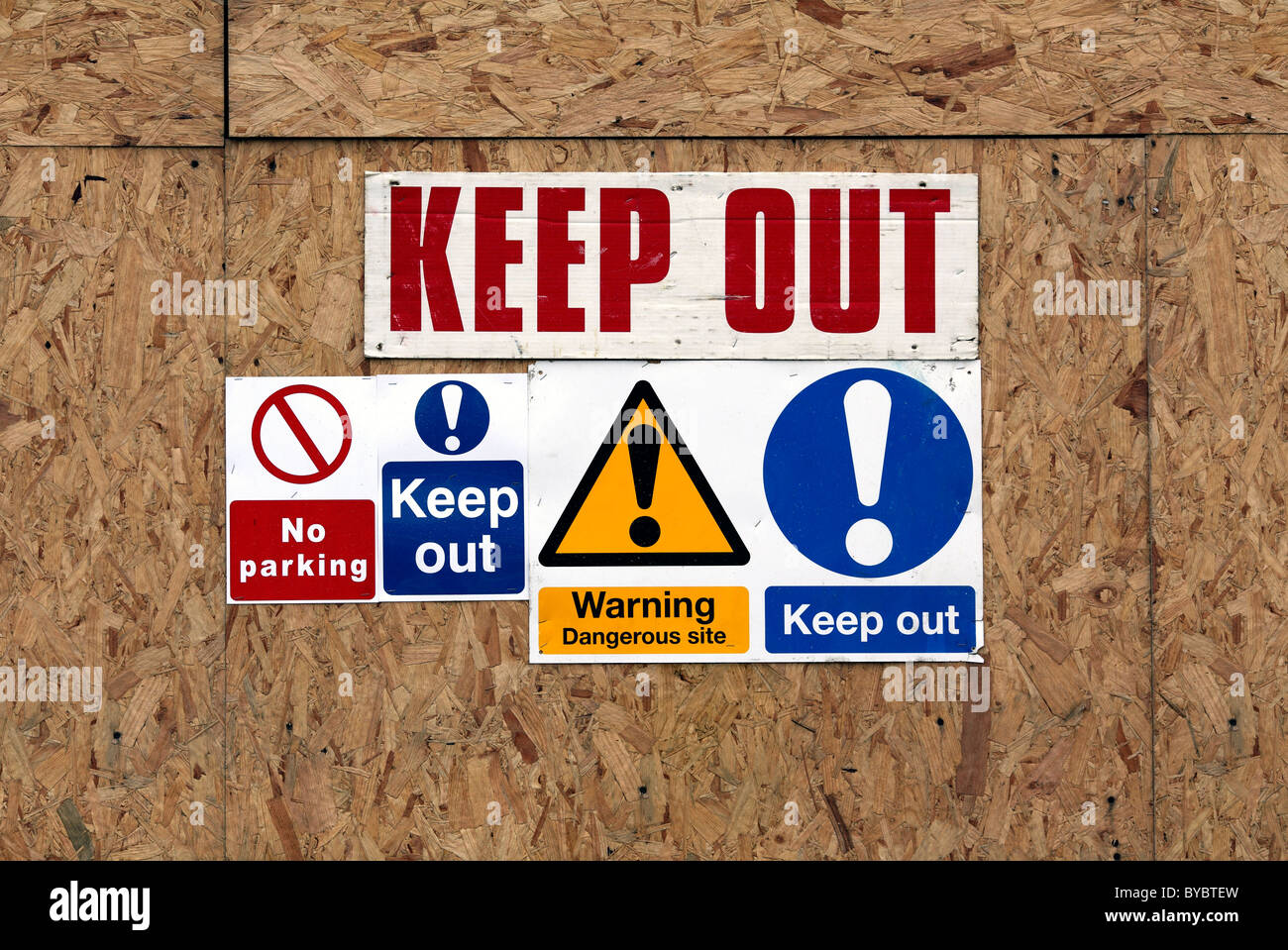 'Keep Out' sign on fencing on a building site, East Sussex. - Stock Image