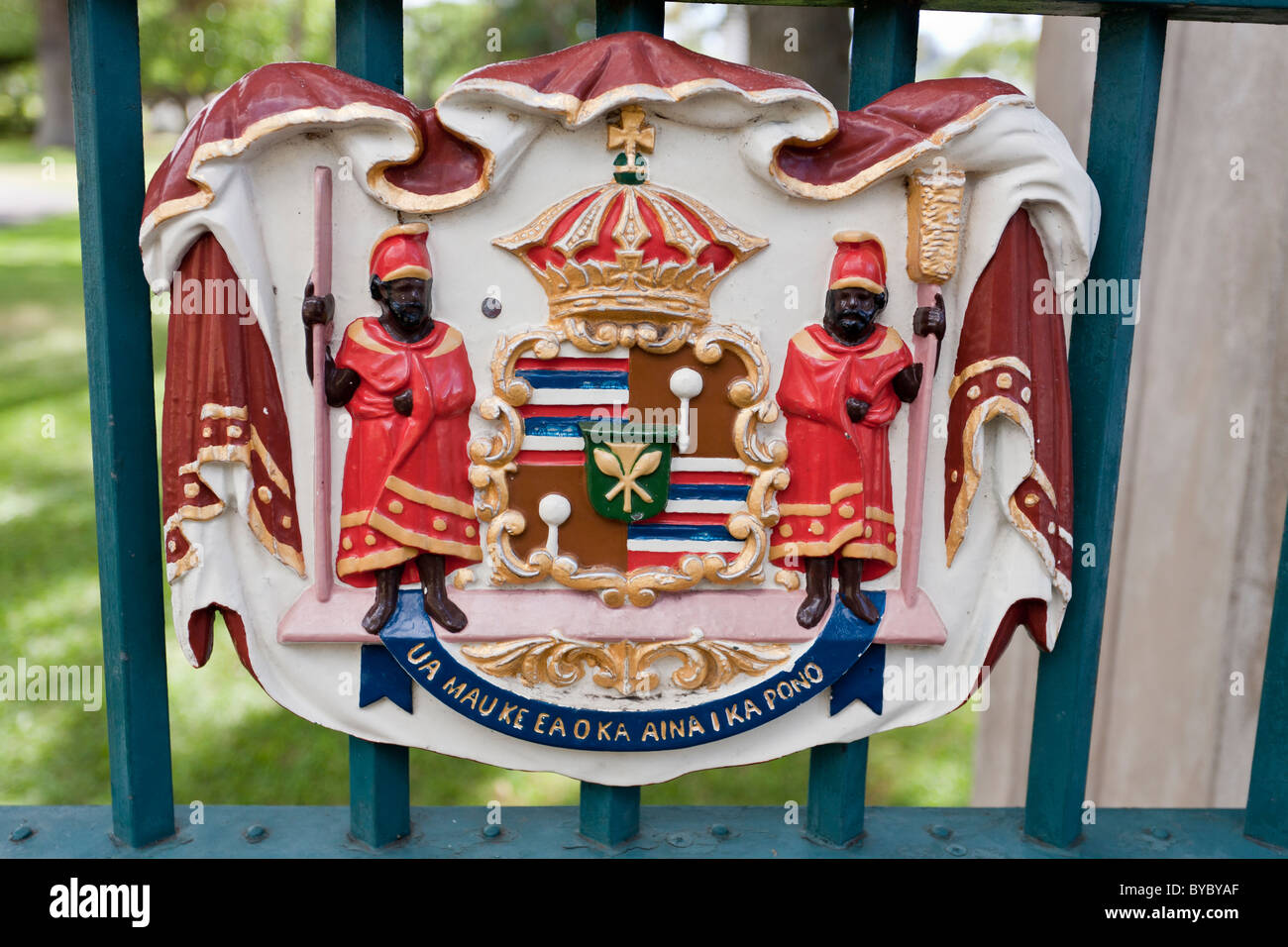Royal Crest on the Gates of the Iolani Palace. A colourful royal crest of the last monarch of Hawaii - Stock Image