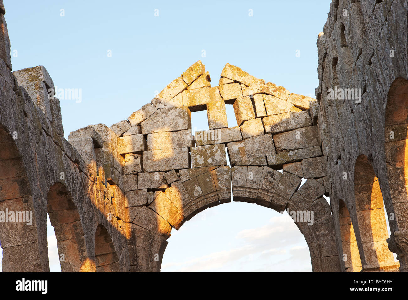 Deserted ruins of Kharrab Shams 'Forgotten City', north of Aleppo, Syria in evening sun. Interior detail. - Stock Image