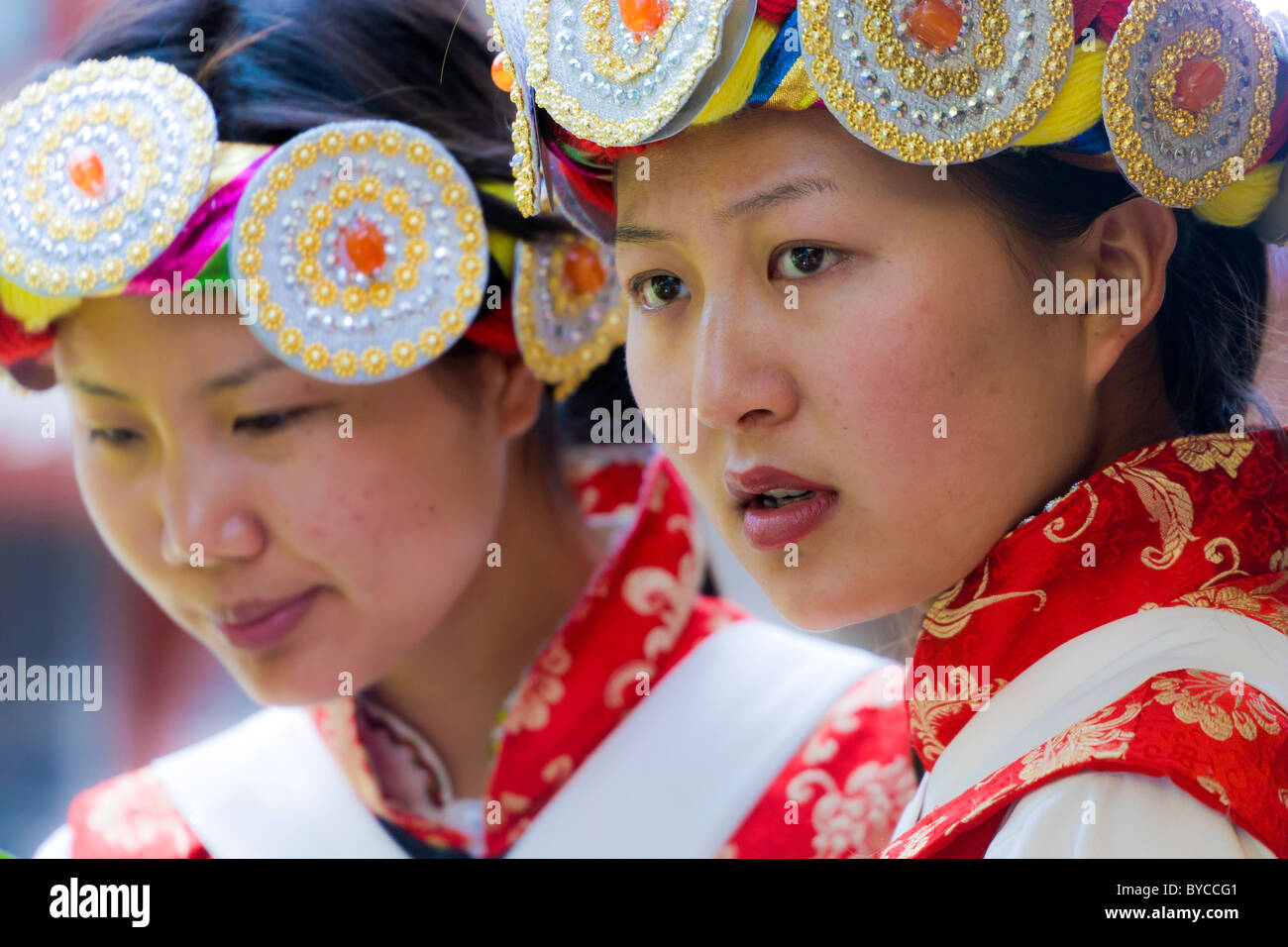 Two young Naxi women in traditional costume in Lijiang old town, Yunnan Province, China. JMH4769 - Stock Image