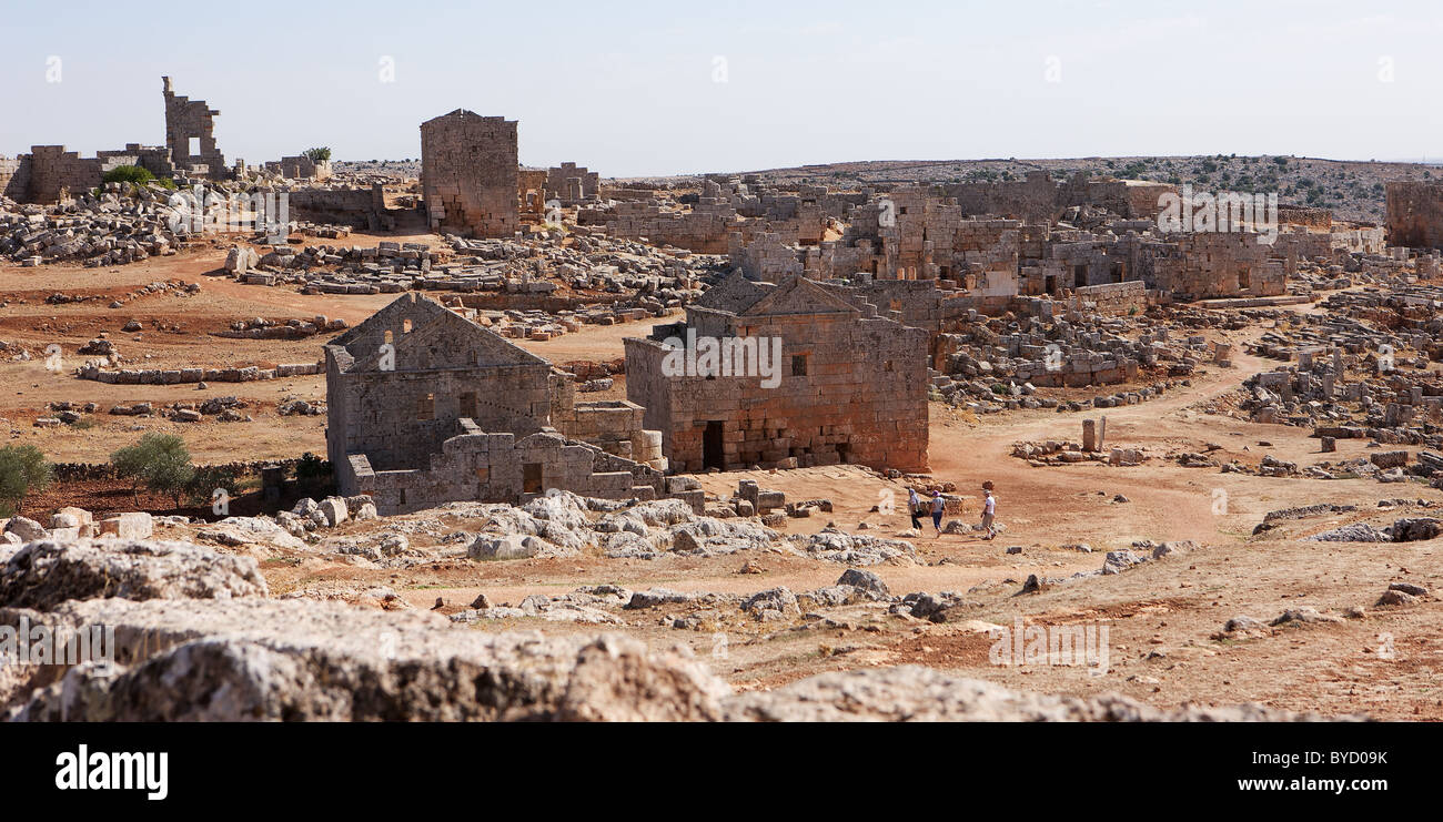 Forgotten city of Serjilla, Syria; tourists are dwarfed by the enormous scale of the site - Stock Image