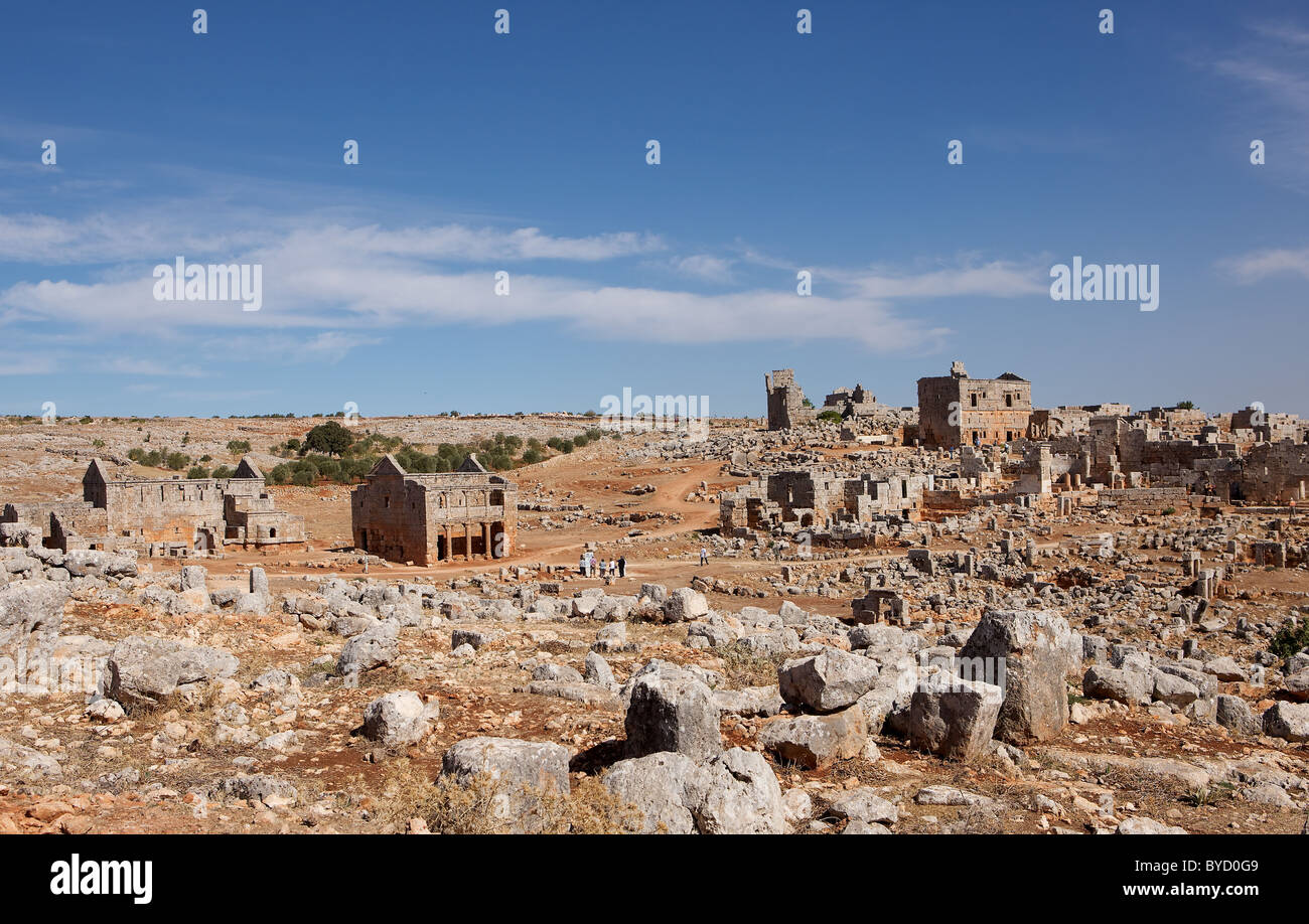 Forgotten city of Serjilla, Syria. Tourists are dwarfed by the scale of the site. - Stock Image