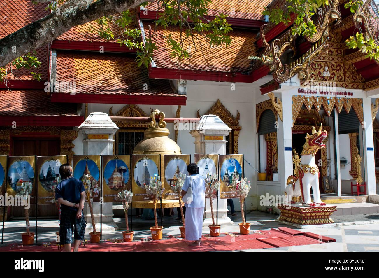 Worshiper giving money offerings, Wat Phra That Doi Suthep, Chiang Mai, Thailand - Stock Image